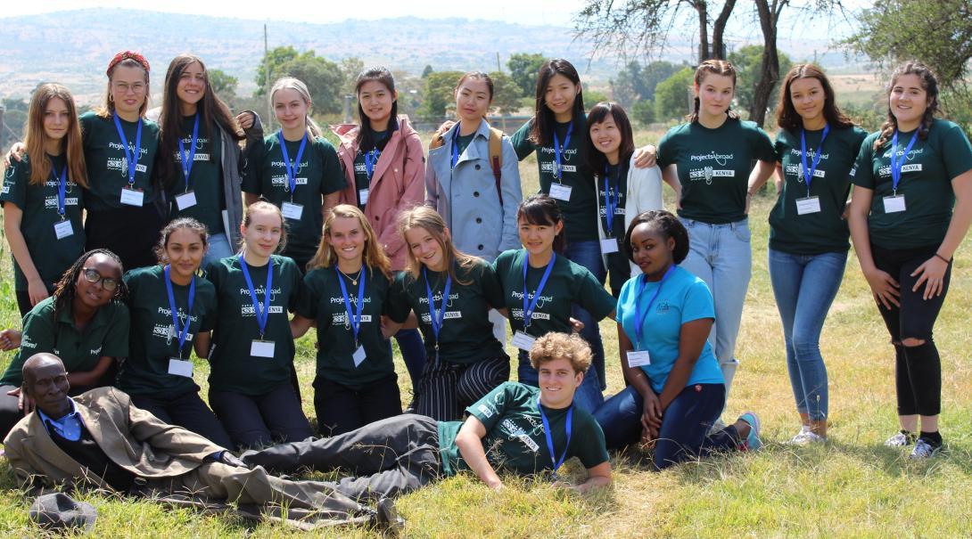 Foto grupal de voluntarios adolescentes.